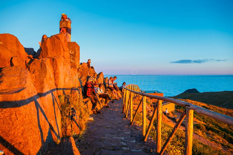 Un grupo de personas admira la puesta del sol hermosa, Pico de Arieiro fotografía de archivo libre de regalías