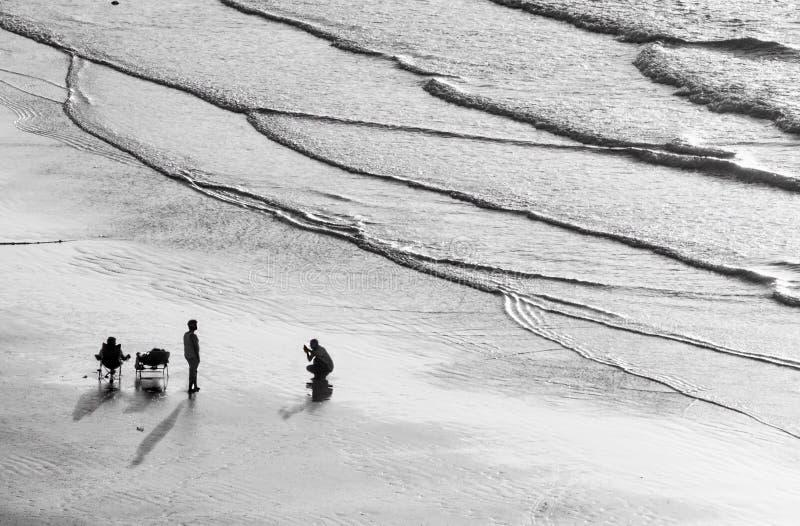 Un grupo de personas en una playa grande foto de archivo libre de regalías