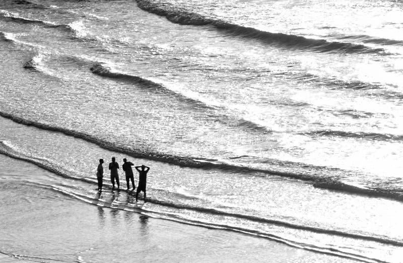 Un grupo de personas en una playa grande imagenes de archivo