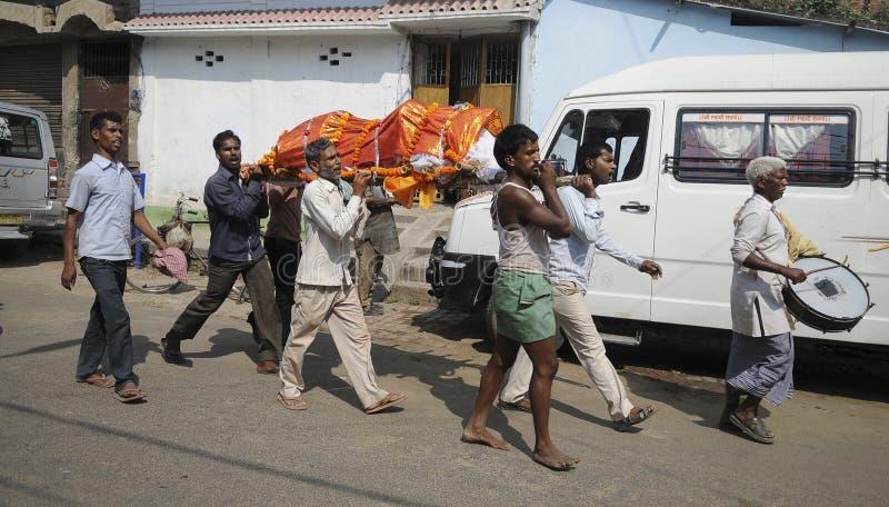 un grupo de personas est? llevando a un cad?ver al Ganges para prepararse para la cremaci?n fotografía de archivo libre de regalías