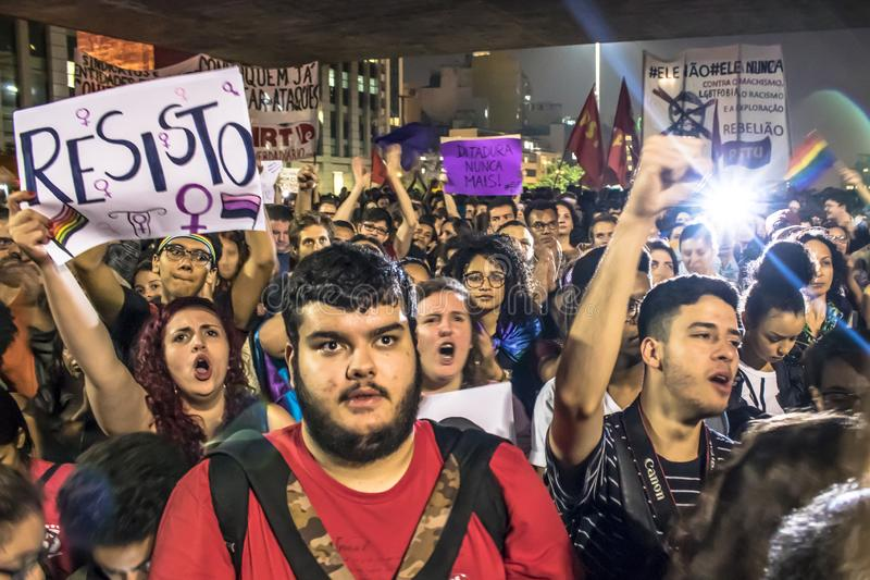 Un grupo de personas participa en una demostración contra presidente electo Jair Bolsonaro imagen de archivo