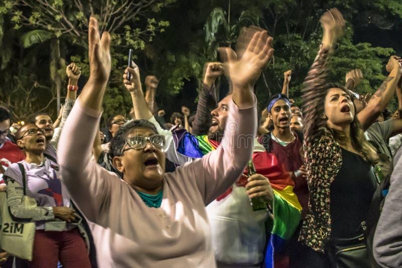 Un grupo de personas participa en una demostraci?n contra presidente electo Jair Bolsonaro Centenares de brasile?os, sobre todo e imagenes de archivo