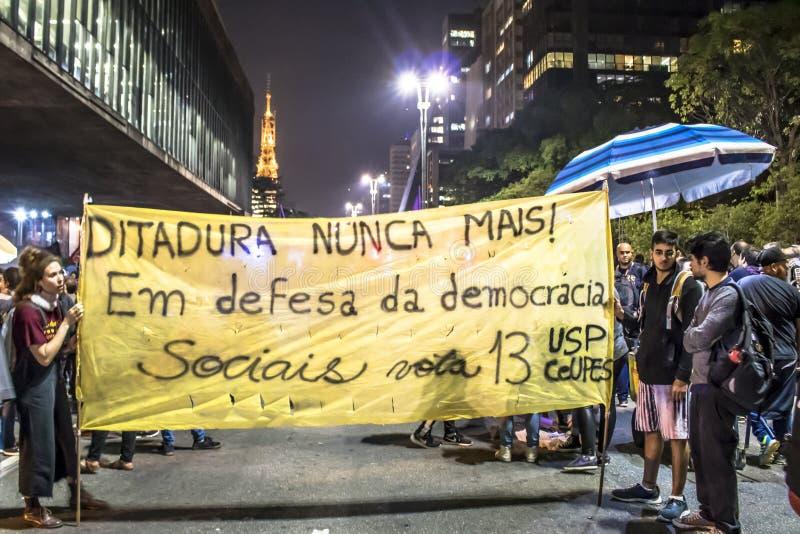 Un grupo de personas participa en una demostraci?n contra presidente electo Jair Bolsonaro imágenes de archivo libres de regalías