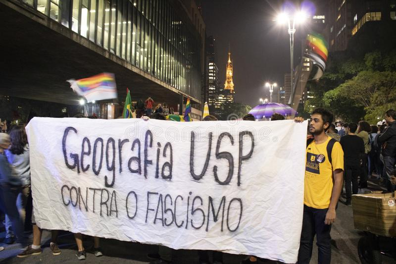 Un grupo de personas participa en una demostraci?n contra presidente electo Jair Bolsonaro fotos de archivo