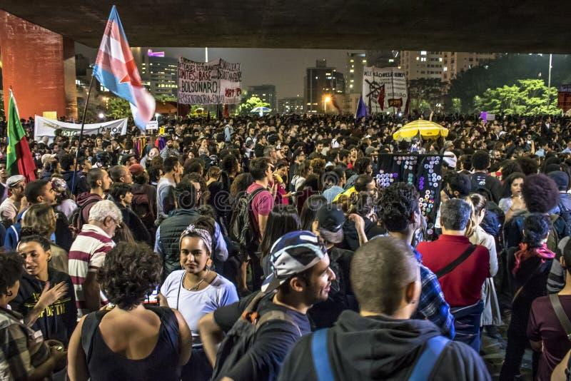 Un grupo de personas participa en una demostraci?n contra presidente electo Jair Bolsonaro foto de archivo libre de regalías