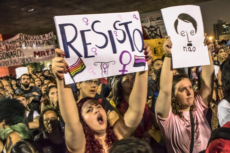 Un grupo de personas participa en una demostraci?n contra presidente electo Jair Bolsonaro fotografía de archivo