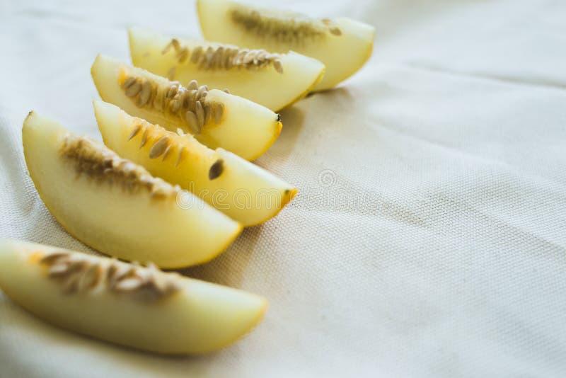 Un grupo de rebanadas maduras brillantemente encendidas del melón foto de archivo libre de regalías