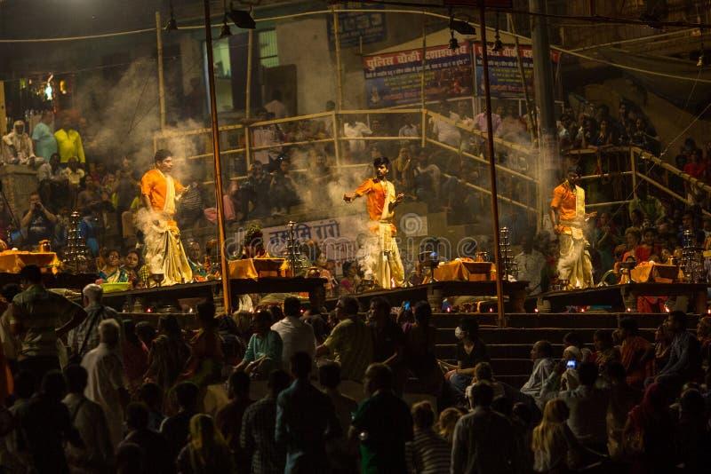 Un grupo de sacerdotes realiza a Agni Pooja Sanskrit: Adoración del fuego en Dashashwamedh ghat principal y más viejo de Ghat - d imagen de archivo