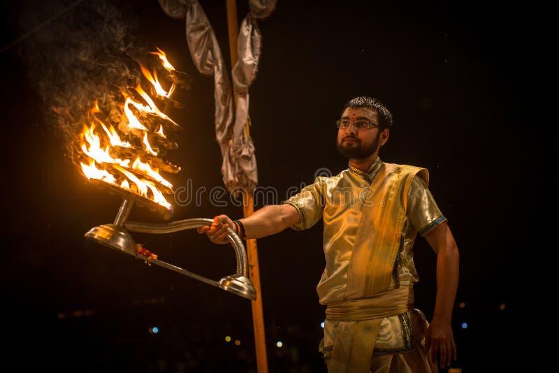 Un grupo de sacerdotes realiza a Agni Pooja Sanskrit: Adoración del fuego en Dashashwamedh ghat principal y más viejo de Ghat - d imagenes de archivo