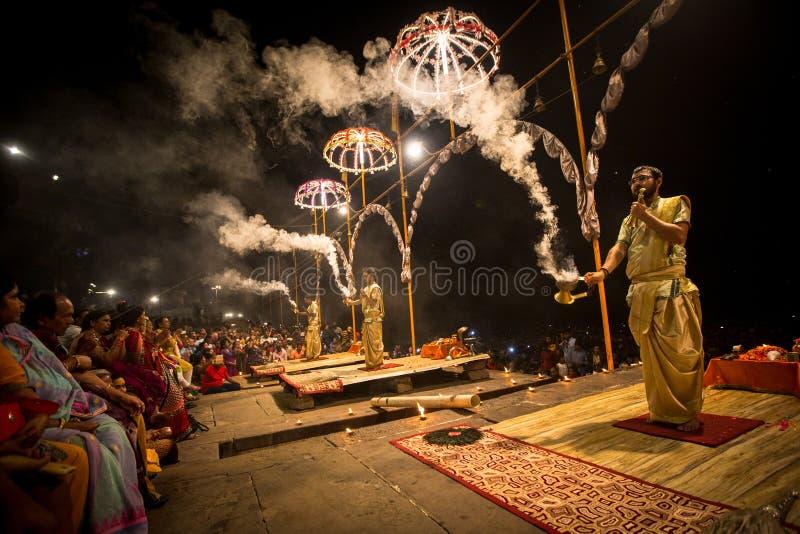 Un grupo de sacerdotes realiza a Agni Pooja Sanskrit: Adoración del fuego en Dashashwamedh ghat principal y más viejo de Ghat - d fotos de archivo libres de regalías