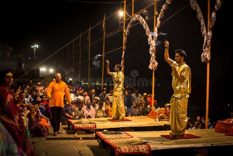 Un grupo de sacerdotes realiza a Agni Pooja Sanskrit: Adoración del fuego en Dashashwamedh ghat principal y más viejo de Ghat - d foto de archivo libre de regalías
