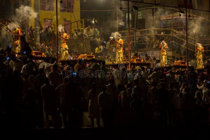 Un grupo de sacerdotes realiza a Agni Pooja Sanskrit: Adoración del fuego en Dashashwamedh ghat principal y más viejo de Ghat - d imagen de archivo libre de regalías
