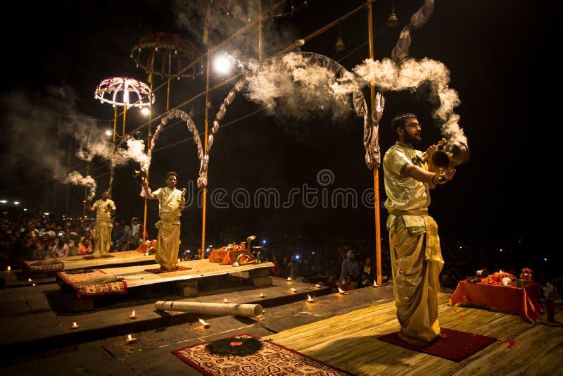 Un grupo de sacerdotes realiza a Agni Pooja Sanskrit: Adoración del fuego en Dashashwamedh ghat principal y más viejo de Ghat - d fotos de archivo