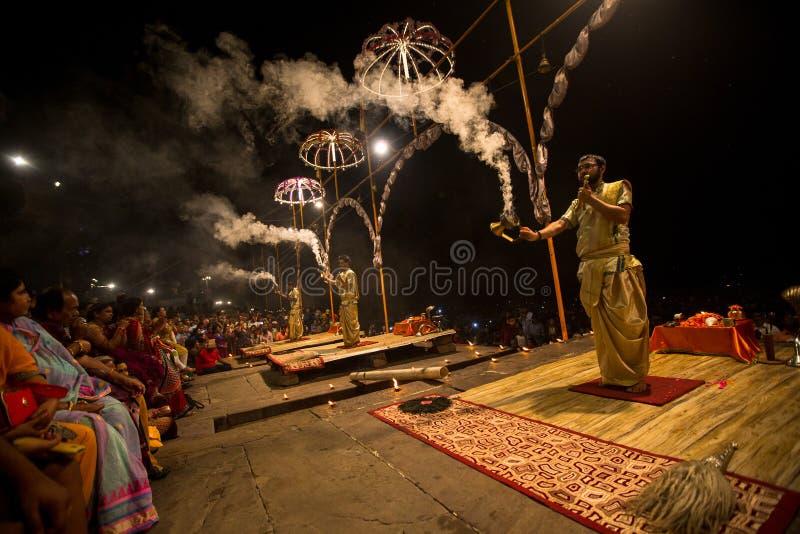 Un grupo de sacerdotes realiza a Agni Pooja Sanskrit: Adoración del fuego en Dashashwamedh ghat principal y más viejo de Ghat - d fotografía de archivo libre de regalías