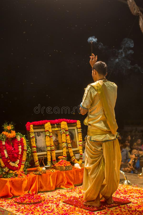 Un grupo de sacerdotes realiza a Agni Pooja Sanskrit: Adoración del fuego en Dashashwamedh ghat principal y más viejo de Ghat - d fotografía de archivo
