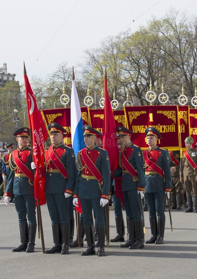 Un grupo de soldados con las banderas Ensayo del desfile en honor de Victory Day en St Petersburg fotografía de archivo libre de regalías