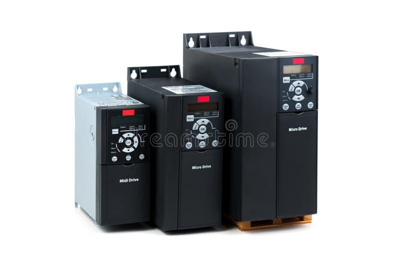 Un grupo de tres diversos tamaños e inversor universal de las capacidades de nuevo para controlar la corriente eléctrica y el pod fotografía de archivo