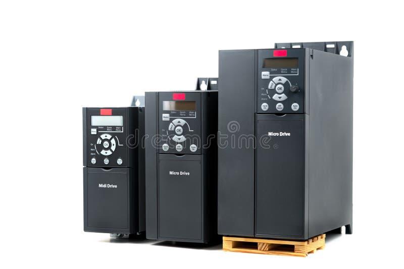 Un grupo de tres diversos tamaños e inversor universal de las capacidades de nuevo para controlar la corriente eléctrica y el pod imagen de archivo libre de regalías
