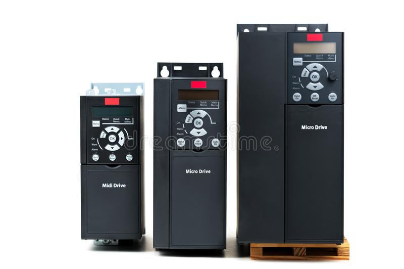 Un grupo de tres diversos tamaños e inversor universal de las capacidades de nuevo para controlar la corriente eléctrica y el pod fotos de archivo