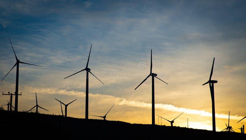 Un grupo de turbinas de viento en el amanecer fotos de archivo libres de regalías