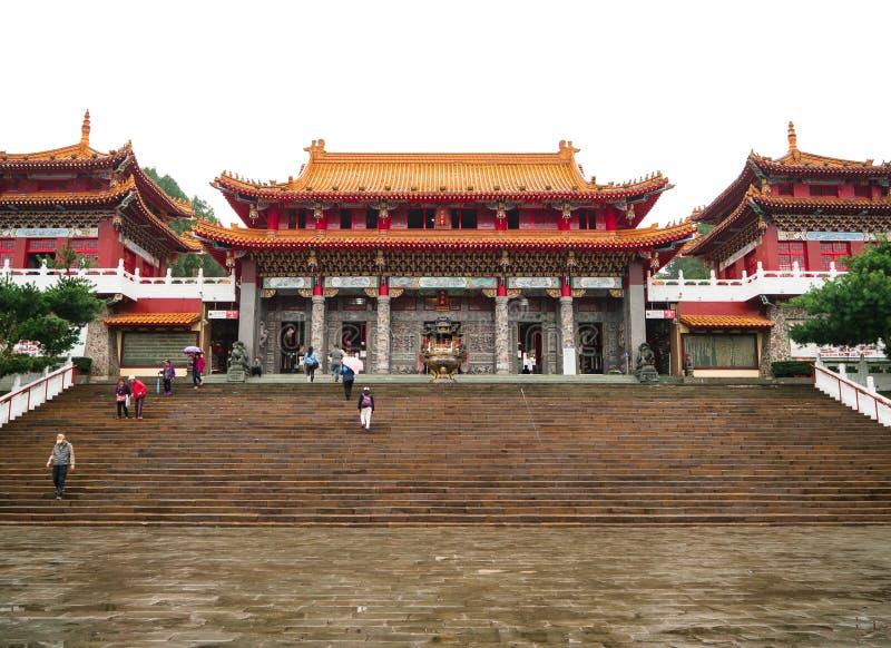 Un grupo de turista en el templo de Wenwu del lago moon de Sun en la monta?a con el cielo blanco fotografía de archivo libre de regalías