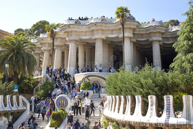 Un grupo grande de turistas en el parque Guell, una de las vistas más famosas de Barcelona, Cataluña, España 2019-05-01 fotografía de archivo