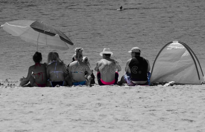 Un grupo que se relaja en la playa foto de archivo