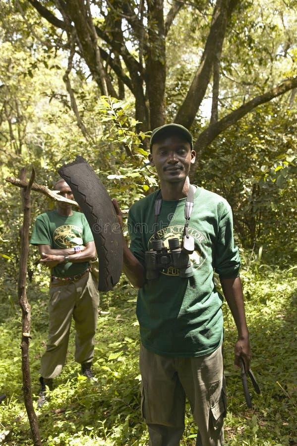 Un grupo que trabaja en campo snaring para encontrar trampas el capturar de animales en el parque nacional de Tsavo en Kenia, Áfr imagen de archivo libre de regalías