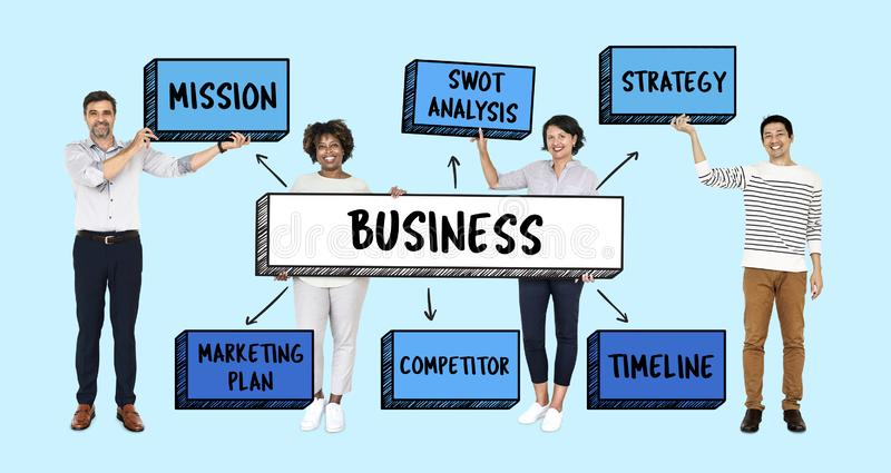 Un gruppo con il loro business plan fotografie stock