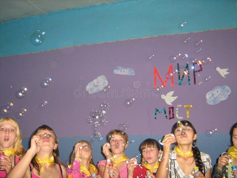 Un gruppo degli adolescenti alle bolle di salto di festival fotografie stock