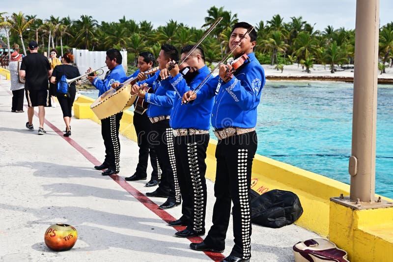 Un gruppo dei mariachi che gioca per i turisti fotografia stock libera da diritti