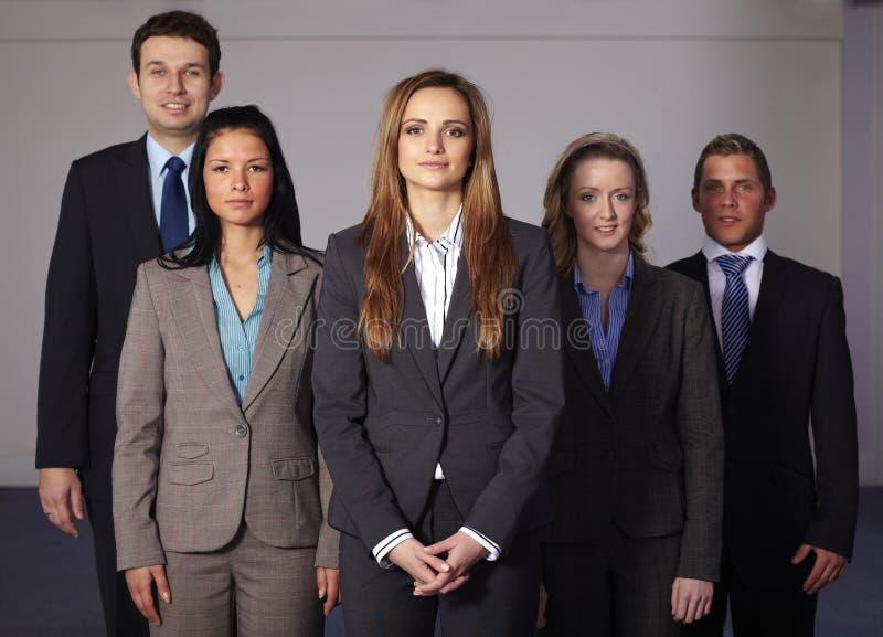 Un gruppo di 5 giovani persone di affari sicure fotografie stock