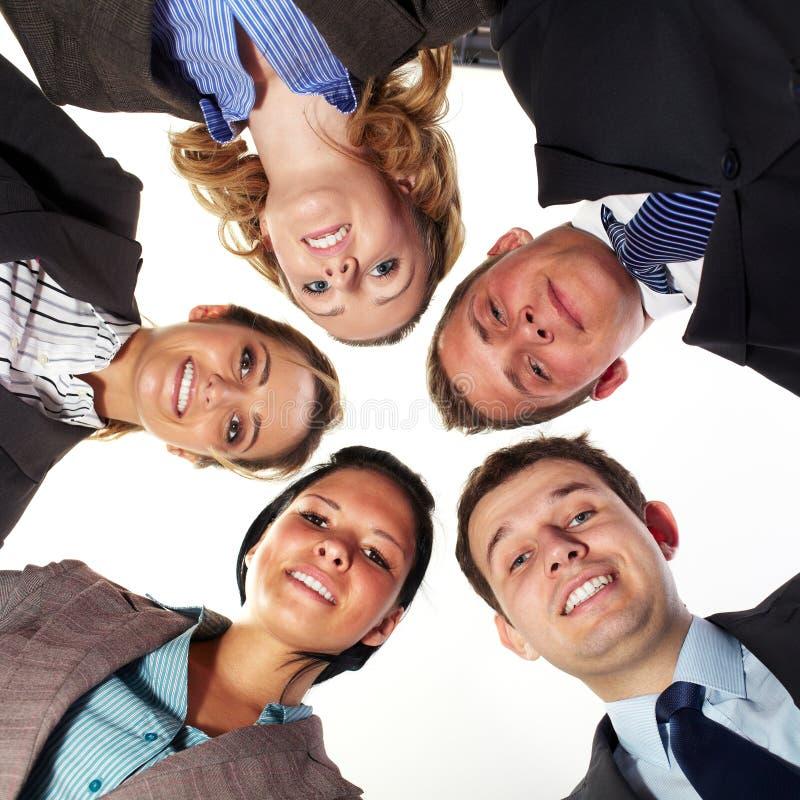 Un gruppo di 5 persone di affari in un cerchio, angolo basso fotografie stock