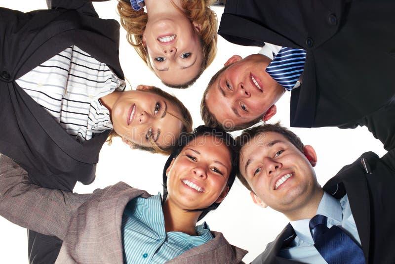 Un gruppo di 5 persone di affari in un cerchio, angolo basso fotografie stock libere da diritti