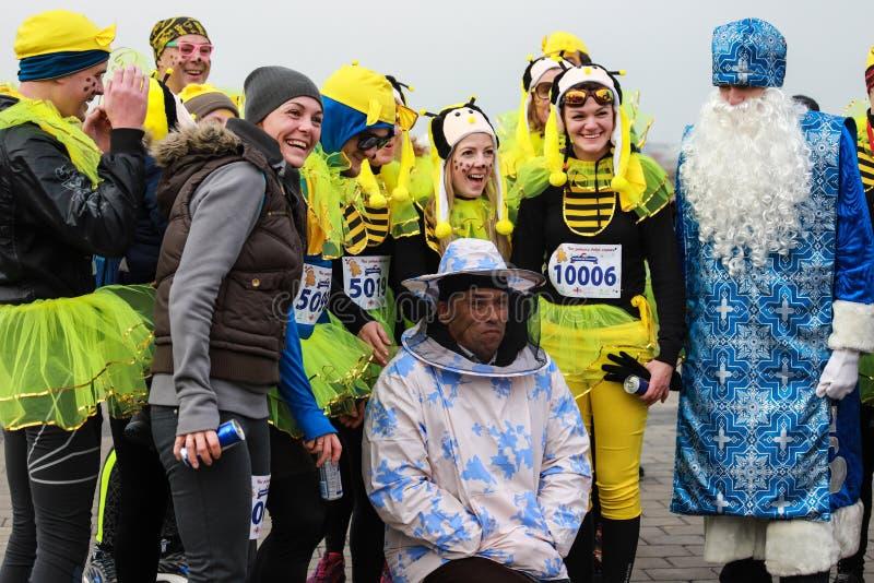 Un gruppo di atleti sotto forma di ape divertente fotografata dopo una maratona di Natale di carità sulla via di Dniepropetovsk fotografie stock libere da diritti