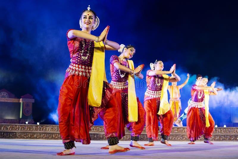 Un gruppo di ballerini classici di Odissi che eseguono ballo di Odissi in scena al tempio di Konark, Odisha, India immagine stock