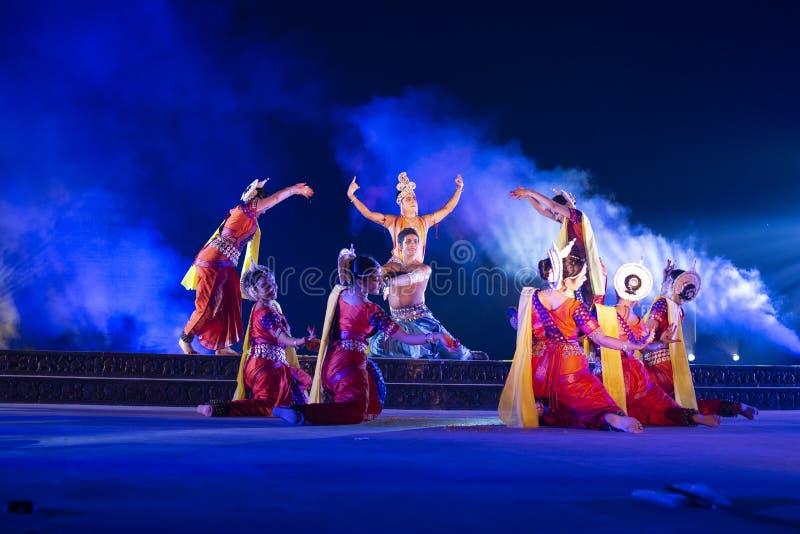 Un gruppo di ballerini classici di Odissi che eseguono ballo di Odissi in scena al tempio di Konark, Odisha, India immagine stock libera da diritti