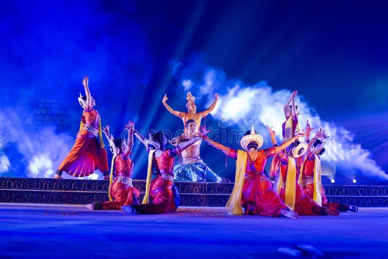 Un gruppo di ballerini classici di Odissi che eseguono ballo di Odissi in scena al tempio di Konark, Odisha, India fotografia stock