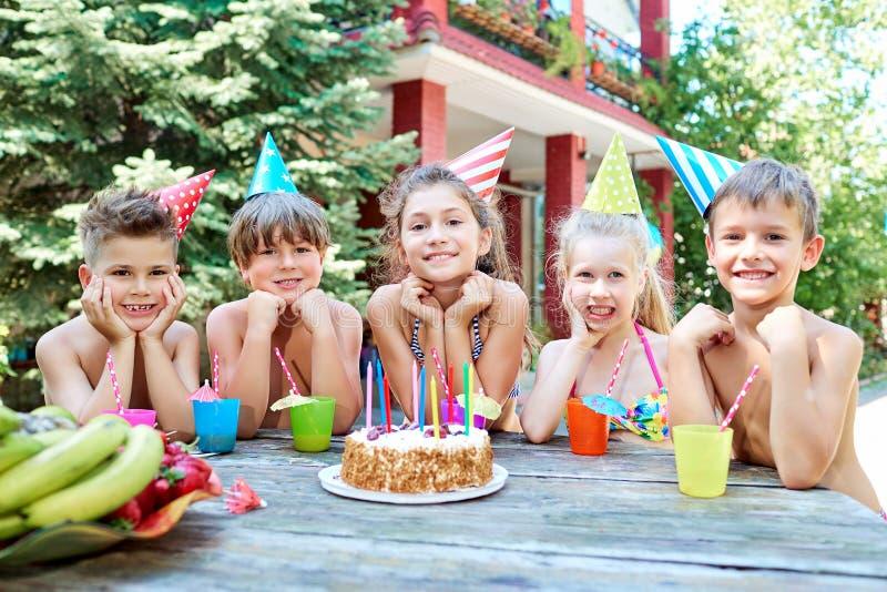 Un gruppo di bambini in costumi da bagno celebra un compleanno in Unione Sovietica immagine stock