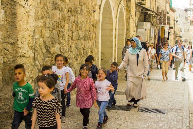 Un gruppo di bambini piccoli ed il loro guardiano che cammina a Gerusalemme fotografie stock