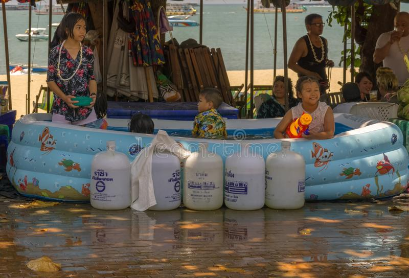 Un gruppo di bambini tailandesi stava celebrando Songkran fotografie stock