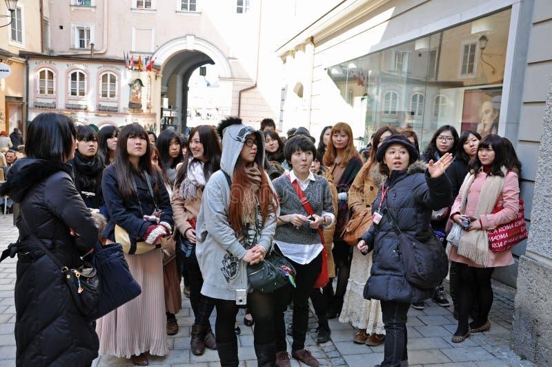 Un gruppo di chiamate giapponesi salisburgo dei turisti for Foto case giapponesi