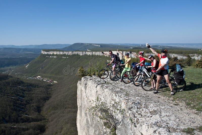 Un gruppo di cinque adulti sulle biciclette. immagini stock libere da diritti