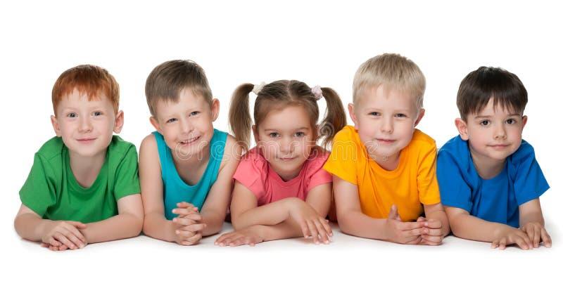 Un gruppo di cinque bambini allegri immagini stock
