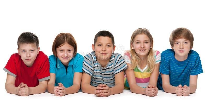 Un gruppo di cinque bambini felici fotografia stock