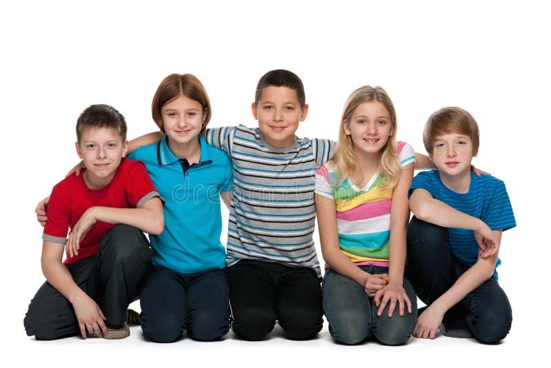 Un gruppo di cinque bambini felici immagine stock libera da diritti
