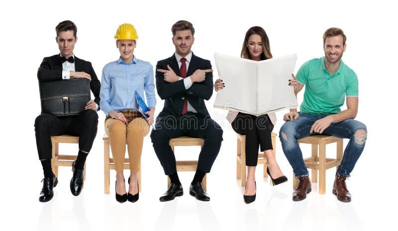 Un gruppo di cinque genti differenti che aspettano un'intervista di lavoro fotografia stock libera da diritti