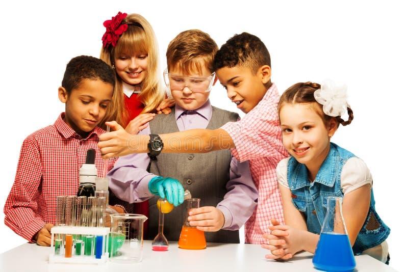 Godimento nella classe di chimica fotografie stock