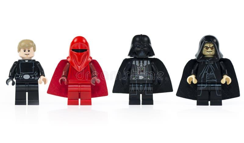 Un gruppo di cinque vari mini caratteri di Lego Star Wars isolati fotografia stock