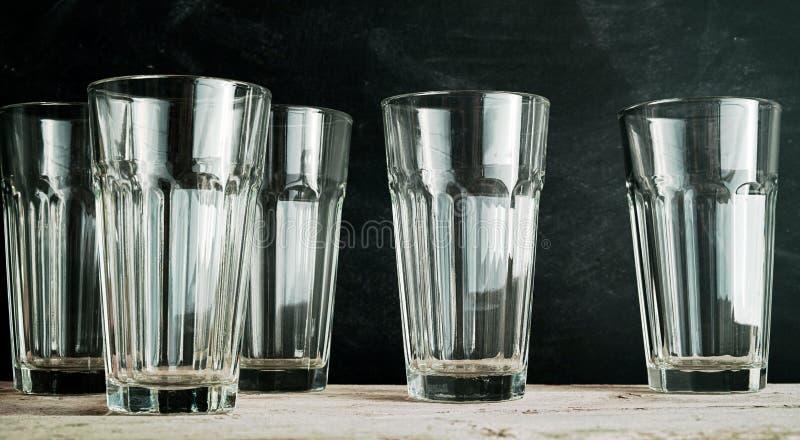 Un gruppo di cinque vetri vuoti della bevanda immagine stock libera da diritti